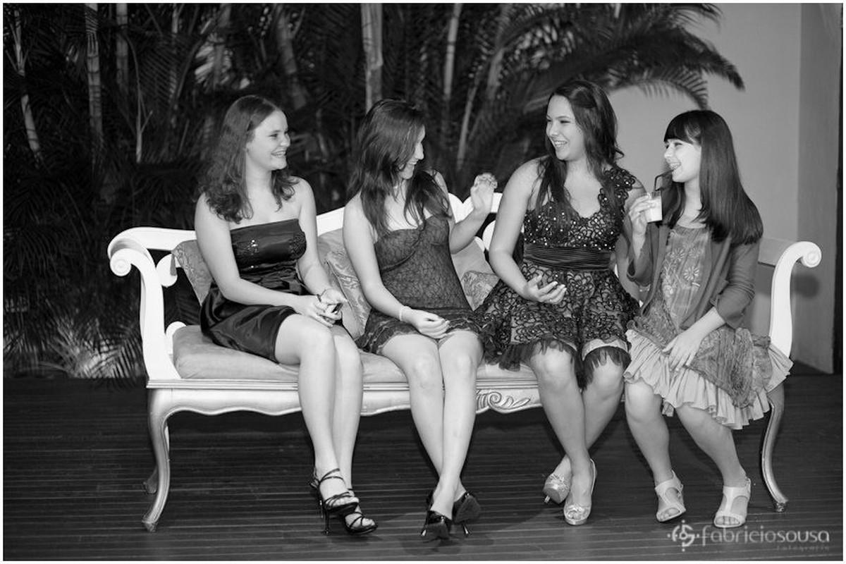 Aniversariante sentada com amigas em conversa descontraída preto e branco