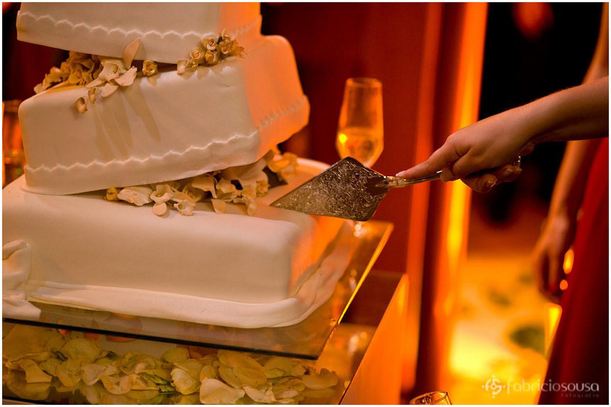 Detalhe do corte do bolo de aniversário