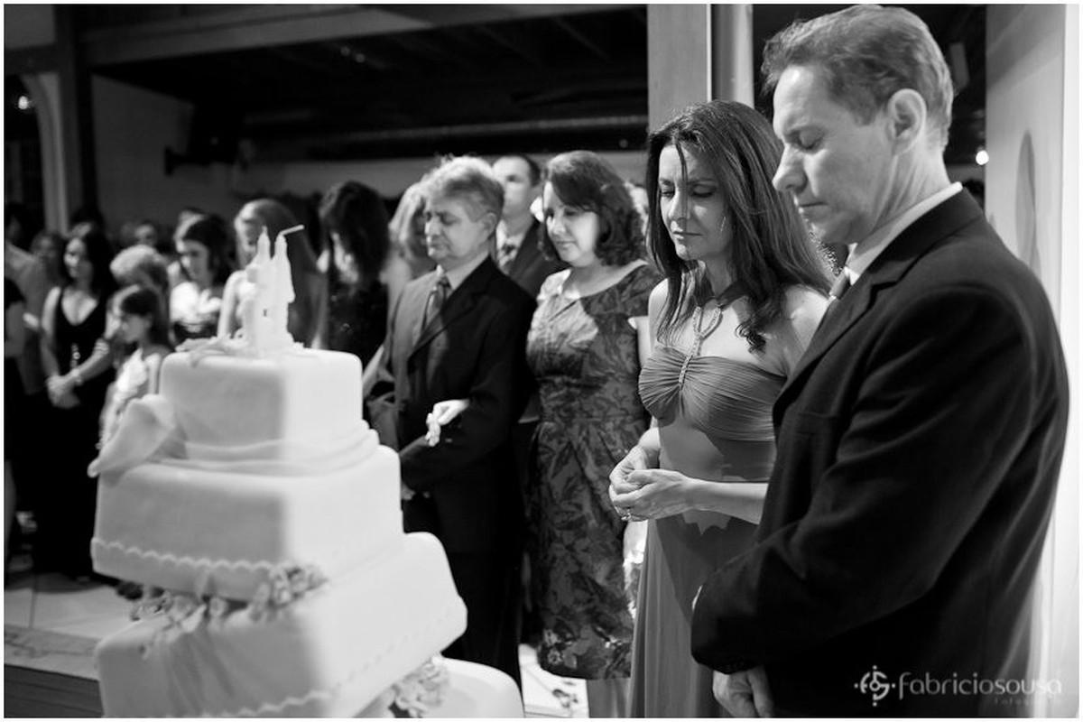 Familiares ao redor do bolo de aniversário