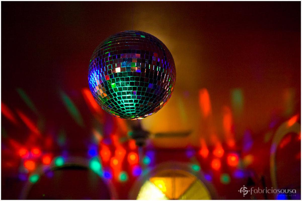 Detalhe do globo de vidro que provoca efeitos luminosos na pista de dança da festa de 15 anos