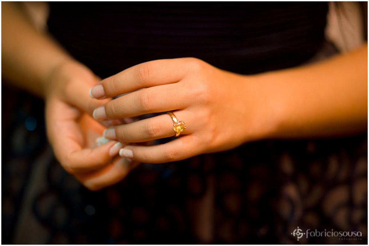 Close da joia na mão da aniversariante