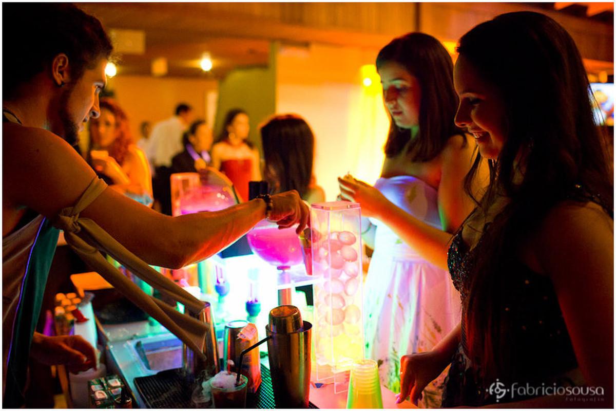 Bar com iluminação colorida com drinks divertidos
