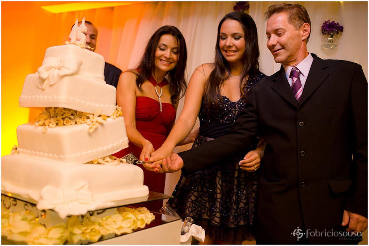 Mae, filha e pai fazendo o corte do bolo
