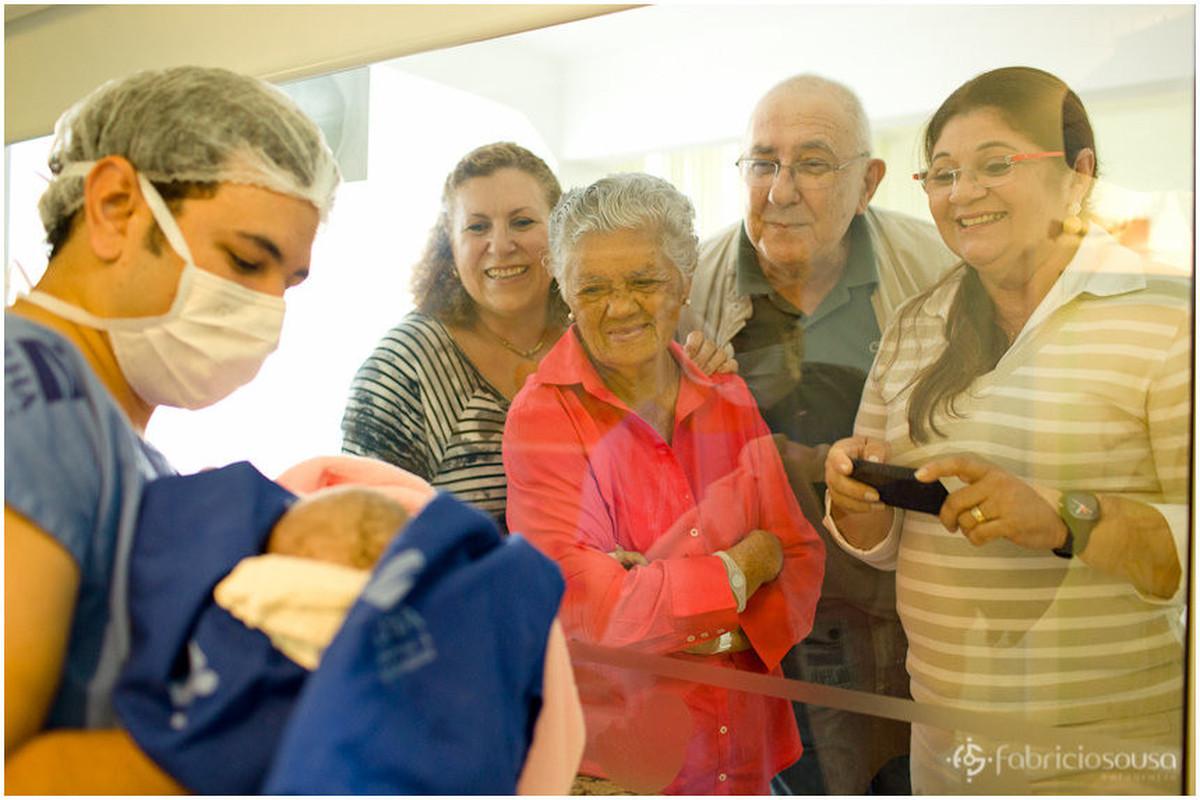 Familiares contemplando o nascimento de Maria Sofia