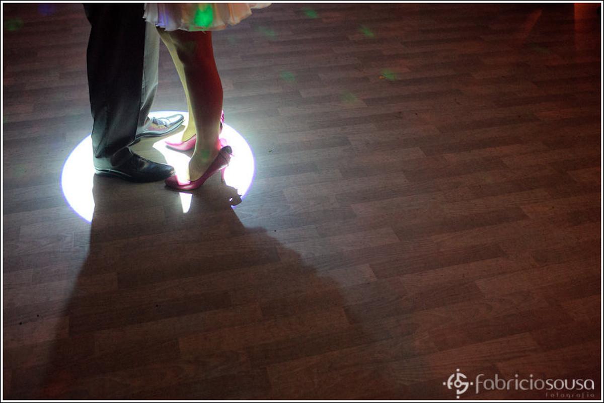 detalhe dos sapatos dos noivos na valsa - primeira dança