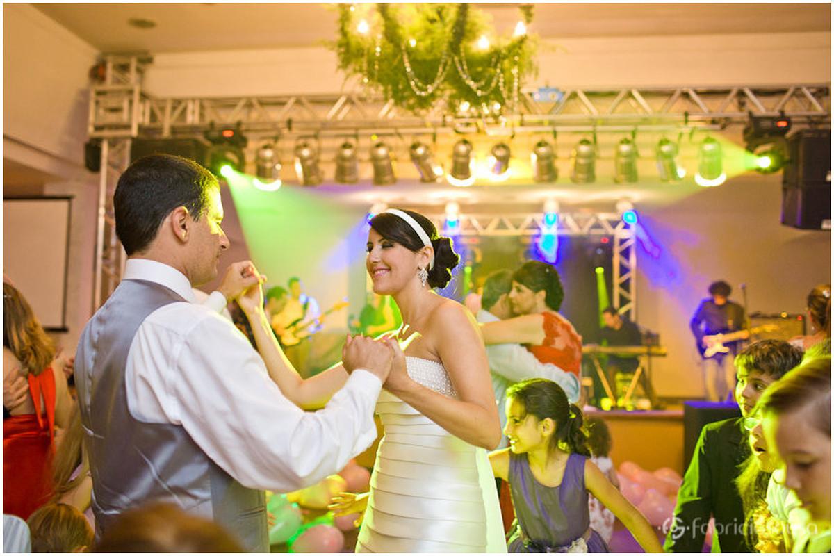 Noivo e noiva se divertem na pista de dança da festa