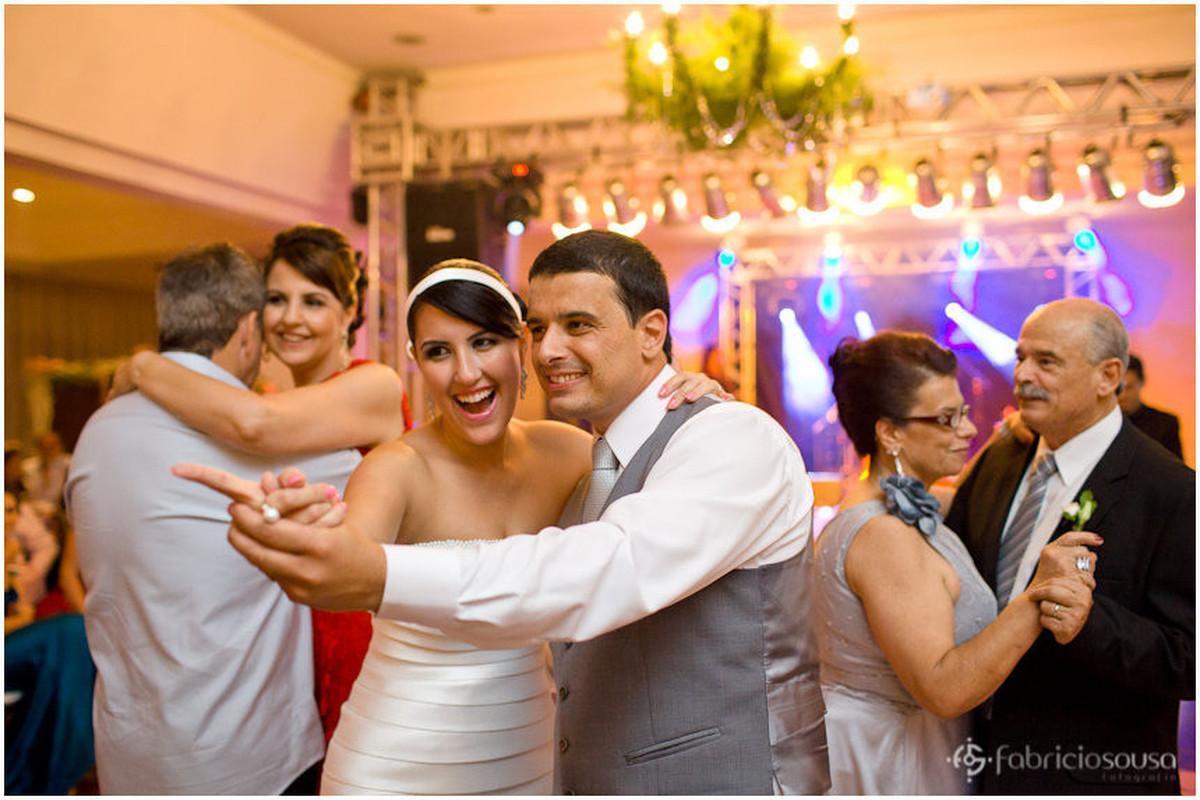 Claudia e Marcelo dançam na festa