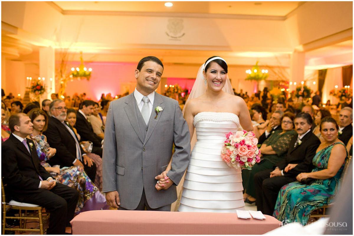 Marcelo e Cláudia sorriem de mãos dadas