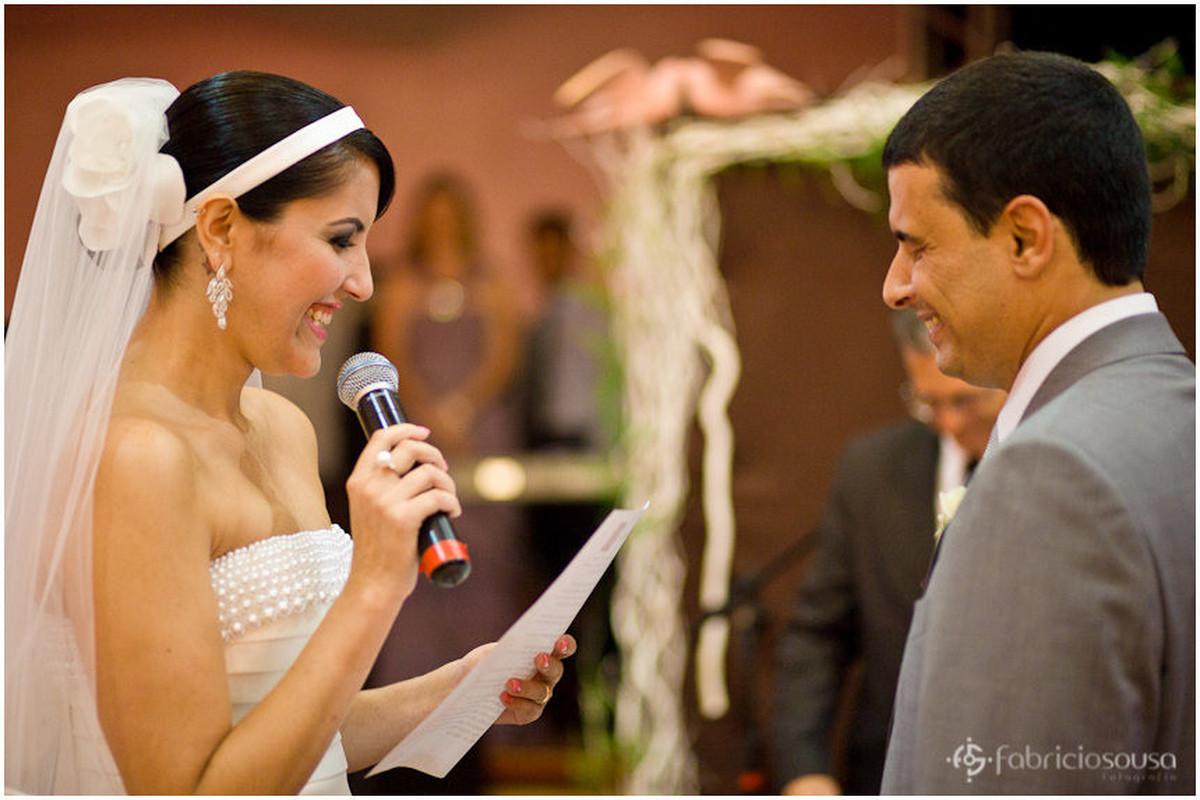 Noiva Claudia lê texto para Marcelo