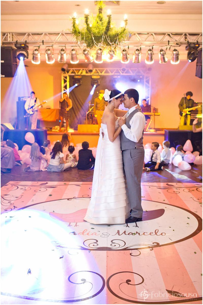Casal dança carinhosamente na pista de dança
