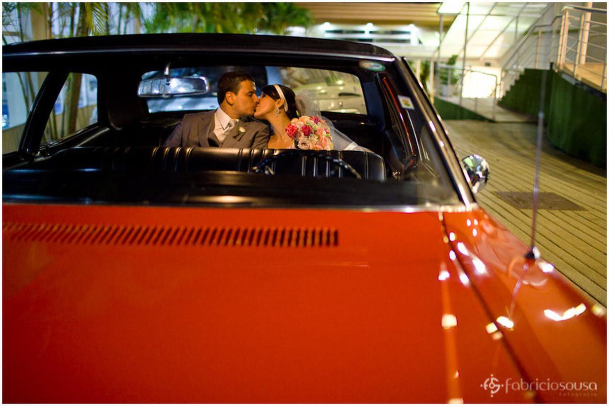 Casal de namorados se beijam no banco de trás do carro