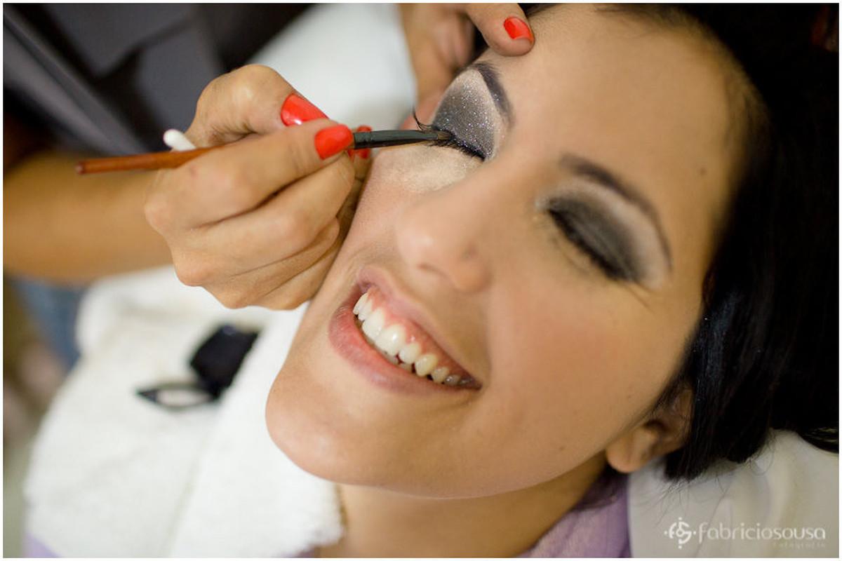 Cláudia recebendo detalhes de maquiagem