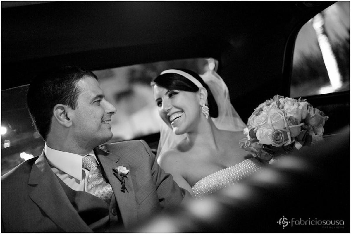 Marcelo e Cláudia se olham felizes dentro do carro em preto e branco