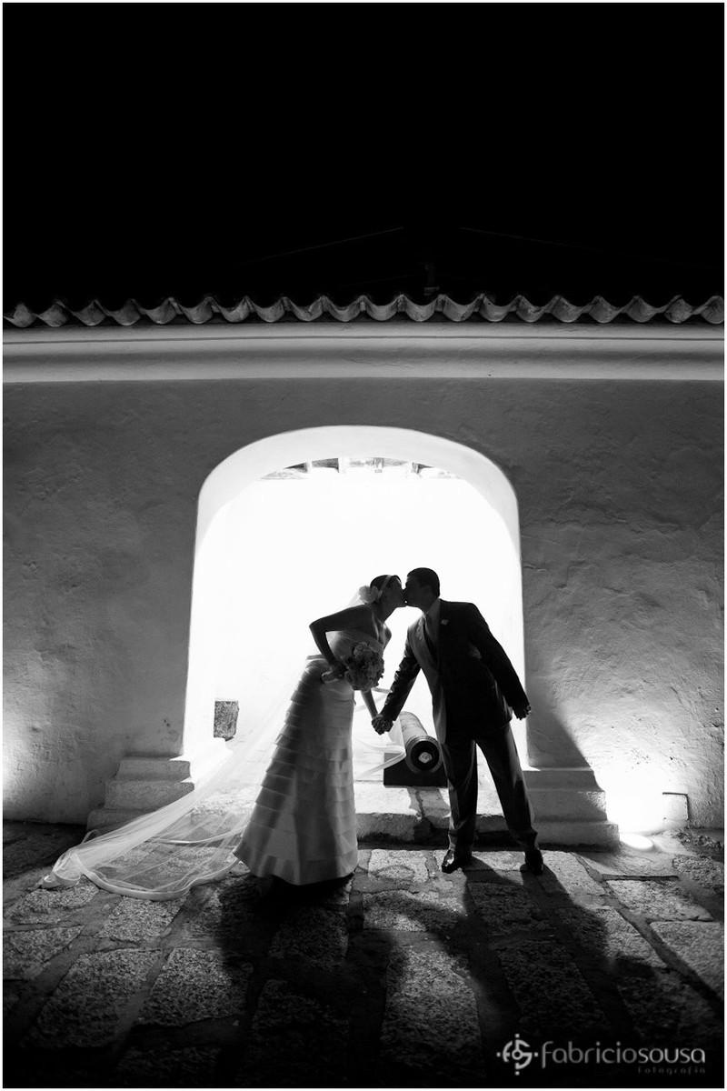 Beijo do casal em contra luz black and white