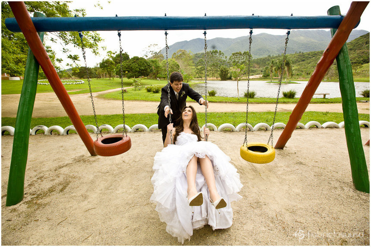 Recem casados se divertem em parquinho no Trash the Dress