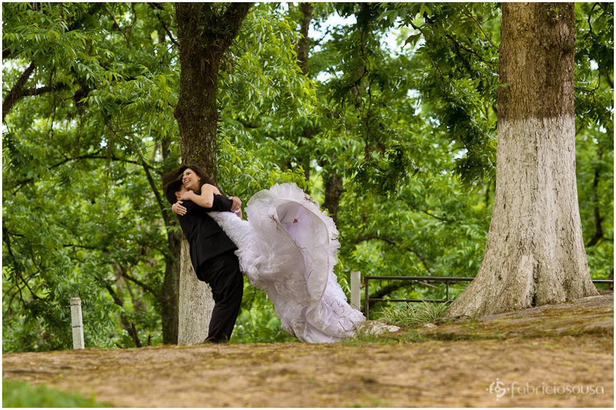 Noivo levanta a noiva do chão