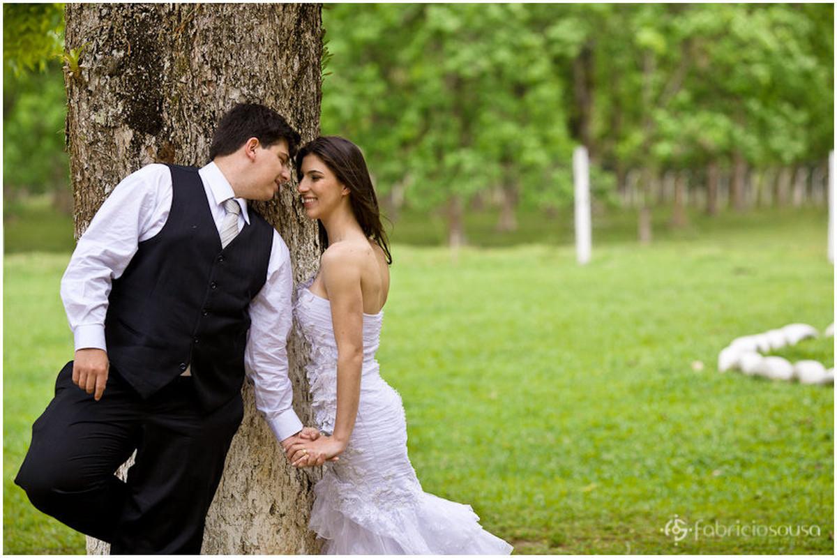Leidiane e Filipy se aproximam para o beijo escorados em árvore
