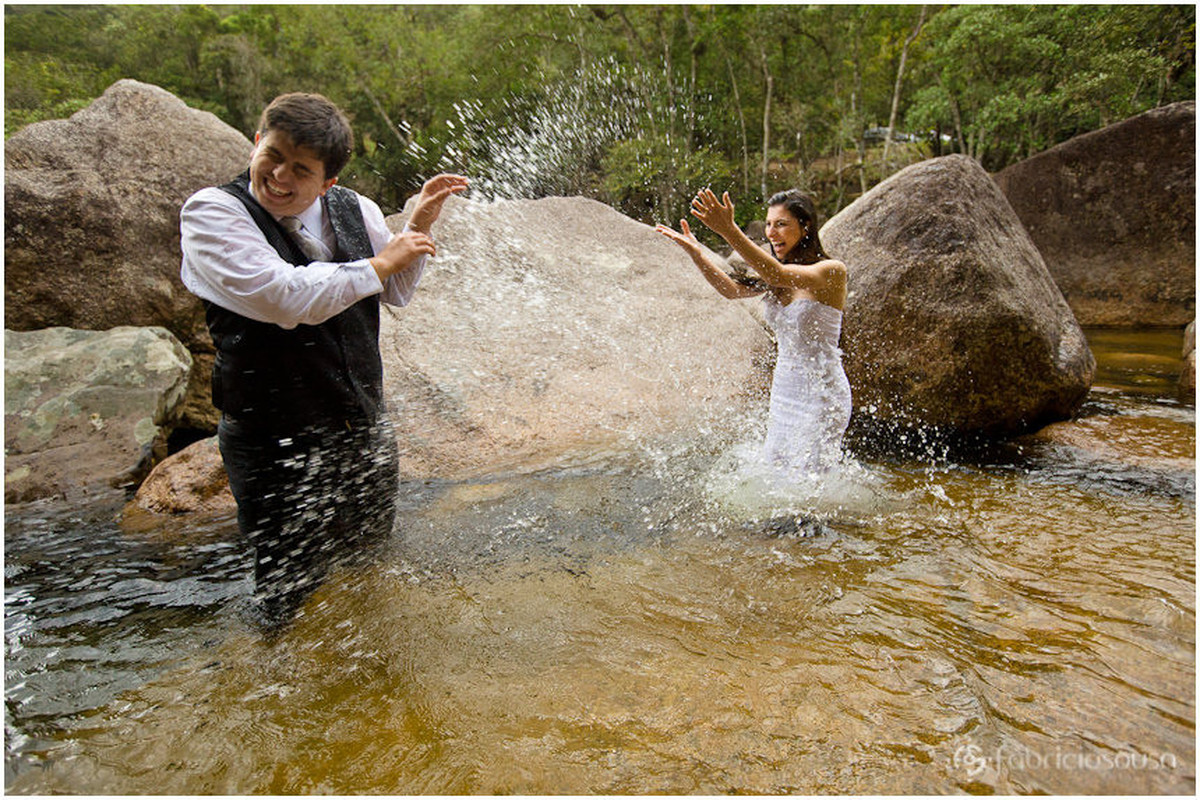 Trash The Dress Leidiane e Filipy se encerra com brincadeira divertida nas águas da cachoeira