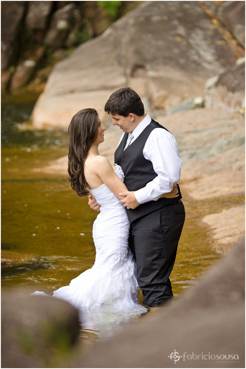 Leidiane e Filipy entram na água para posar para foto