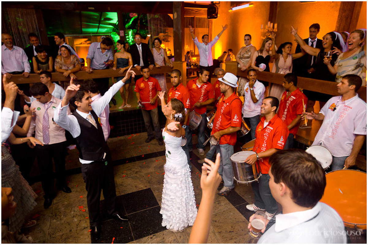 noivos curtindo com escola de samba