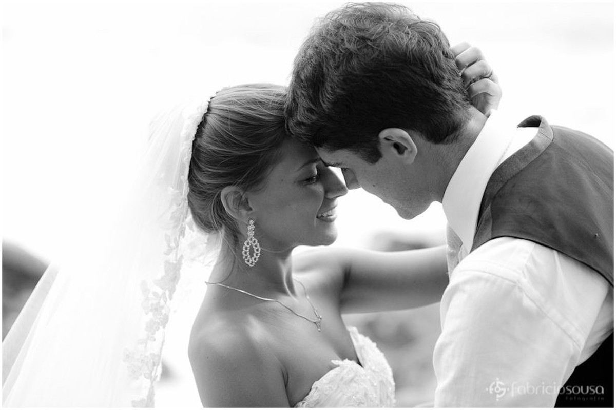 noiva linda quase beija seu amado