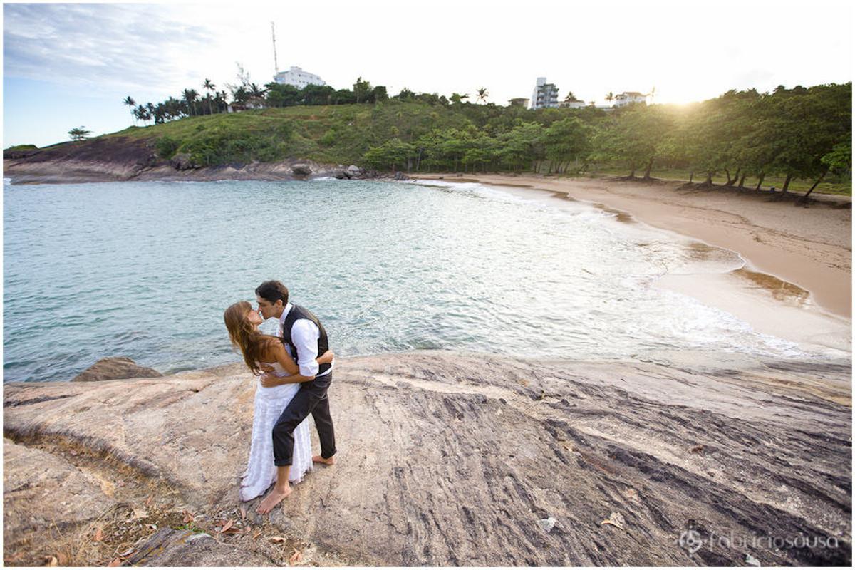 casal se beija em praia pequena e charmosa