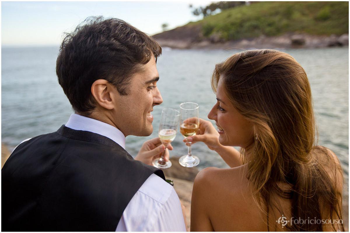 casal faz brinde na praia