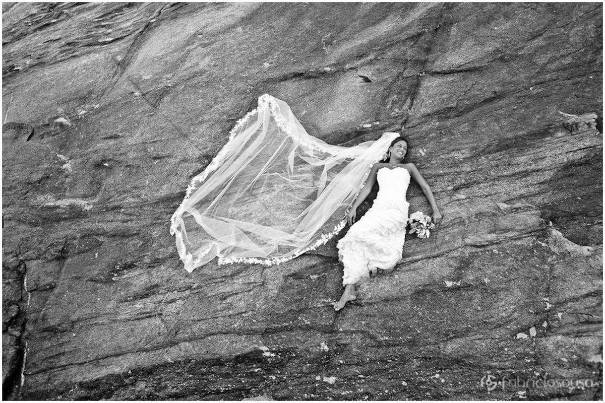 noiva flutua em trash the dress na praia de Guarapari