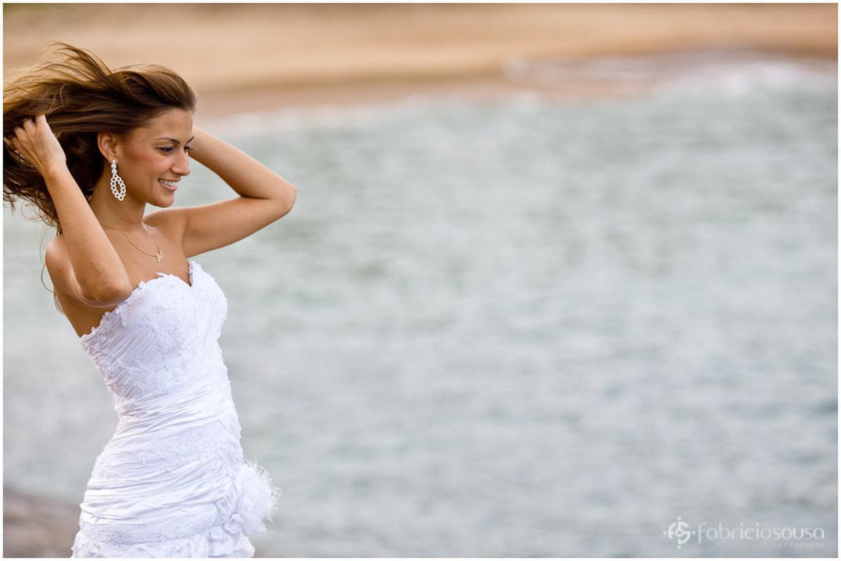 a noiva de cabelos esvoaçantes em ensaio trash the dress
