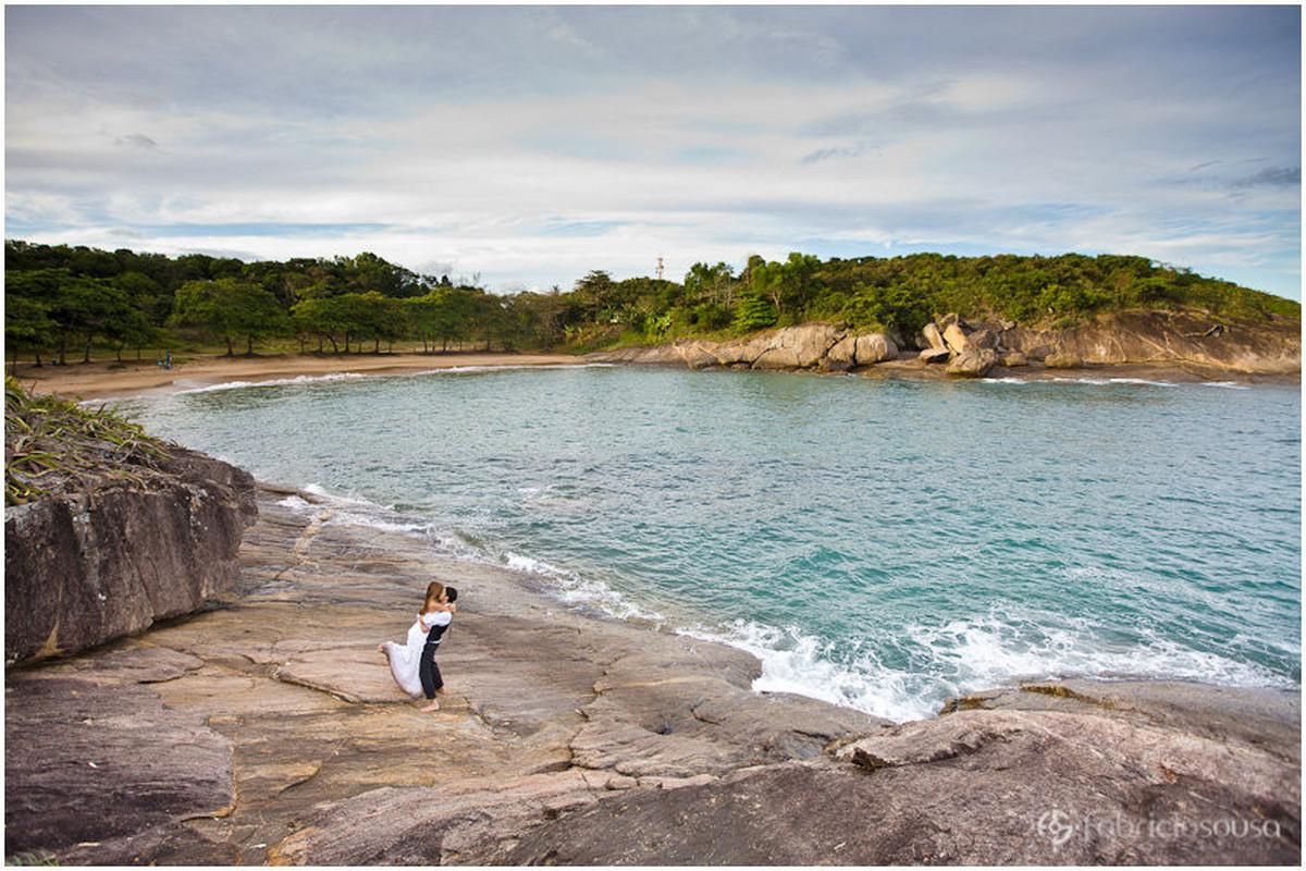 noivo carrega a noiva na praia do padre em Guarapari