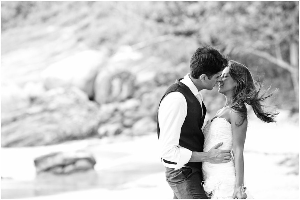 beijo com cabelos voando no vento da praia