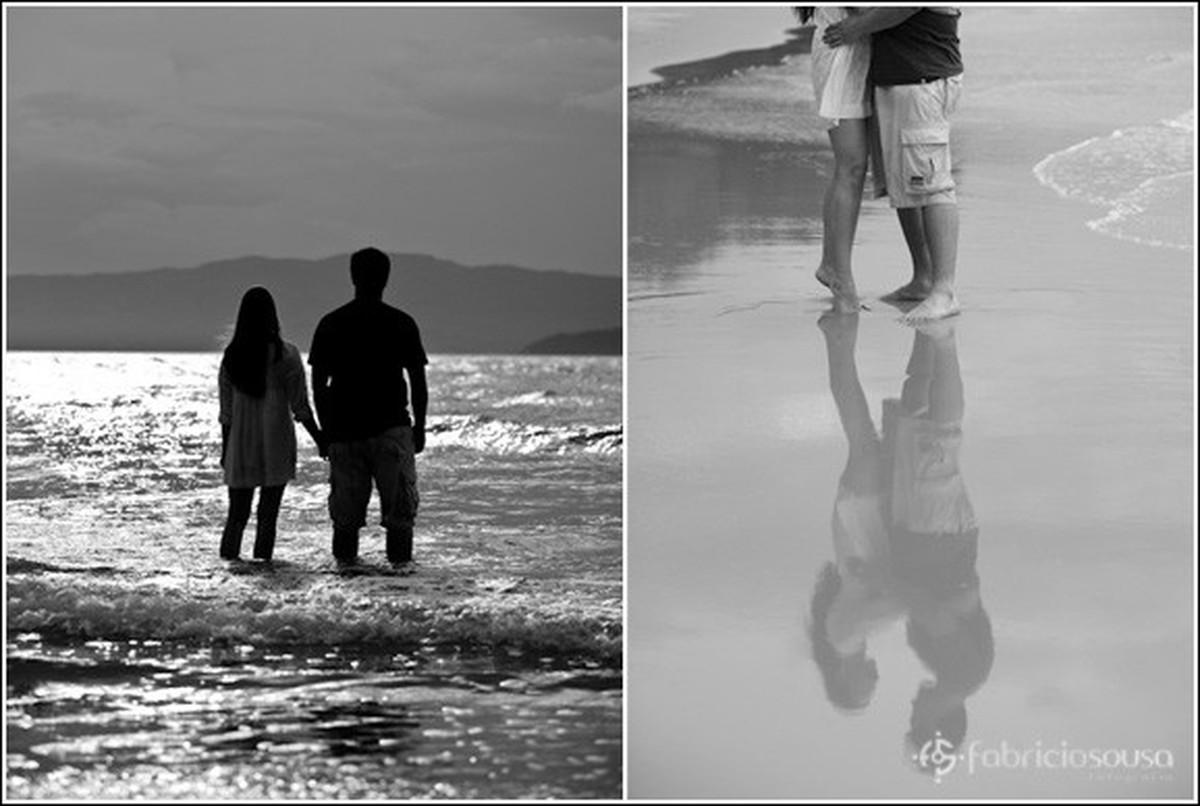 Montagem com duas fotos em preto e branco, à esquerda casal de maos dadas com água do mar até os joelhos e à direita reflexo dos namorados na areia molhada da praia