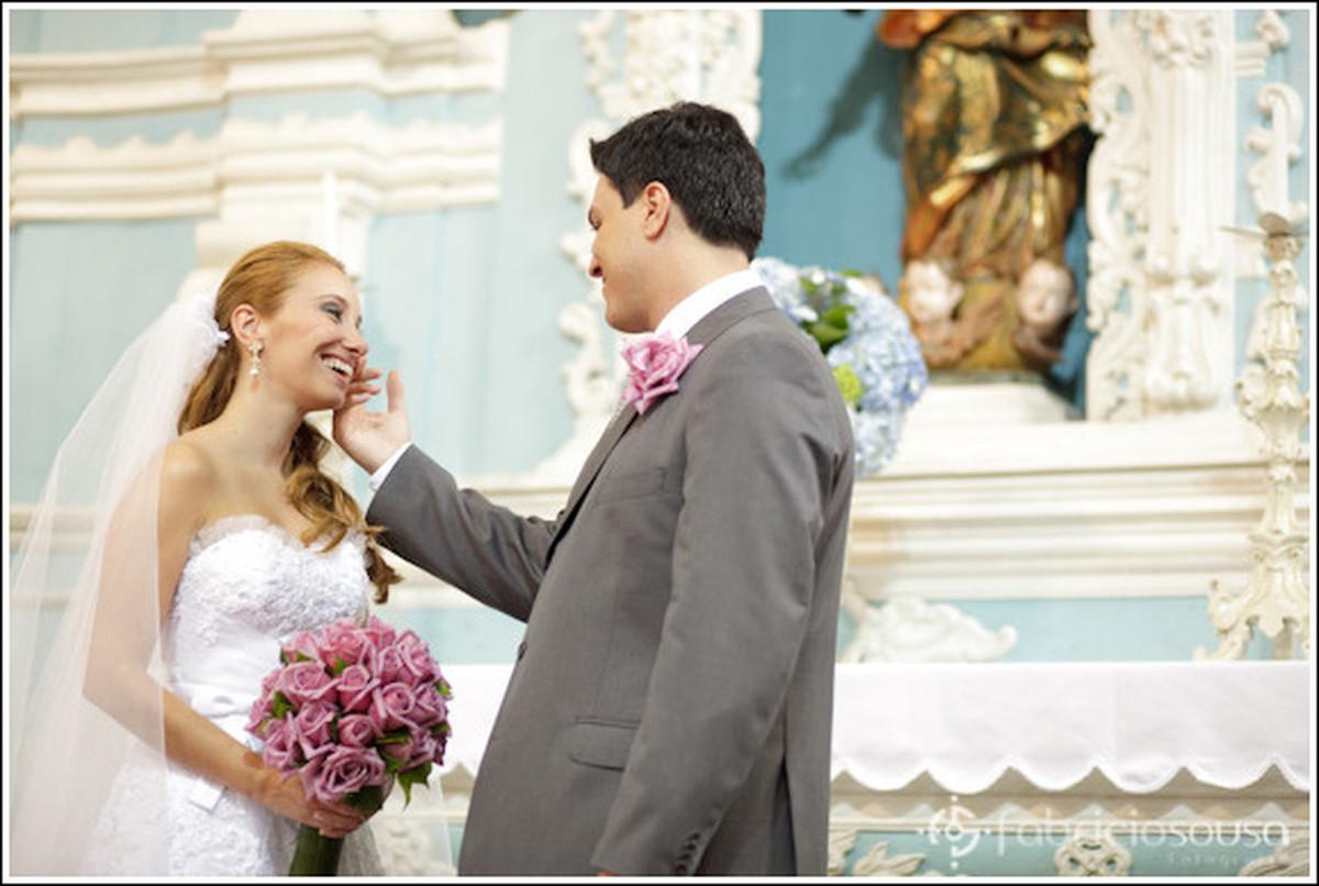 carícia do noivo no altar da igreja de nossa senhora das necessidades