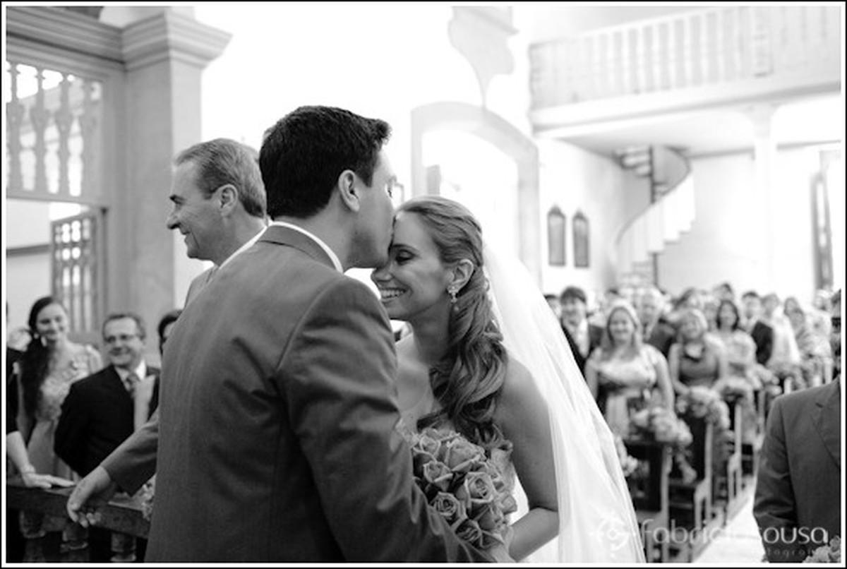 noivo beija testa da noiva
