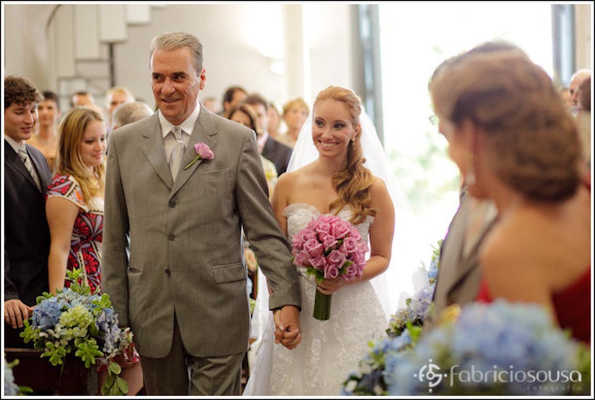 a entrada da noiva e seu pai com buquê rosa na igreja de santo antonio de lisboa