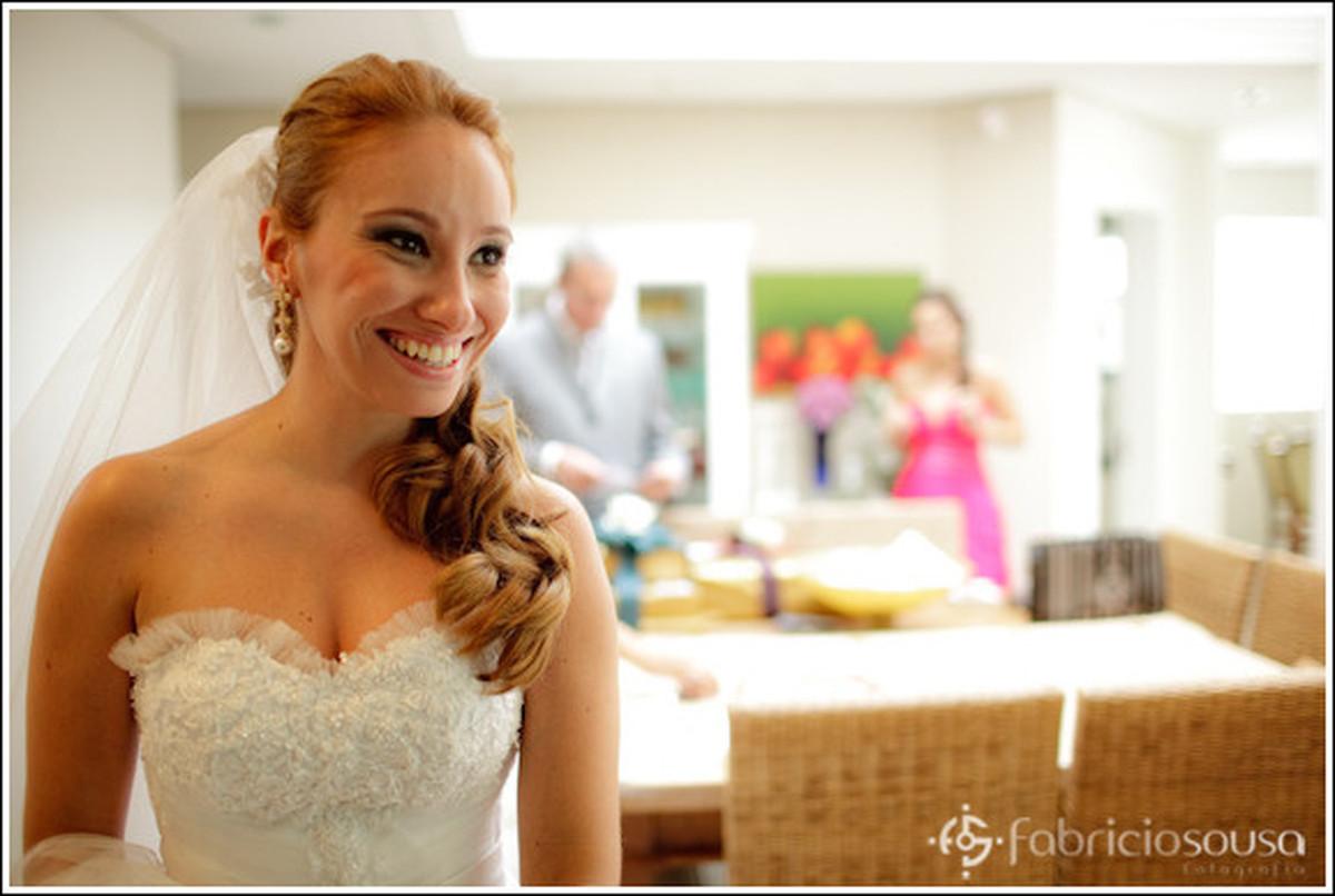 a noiva sorridente em casa