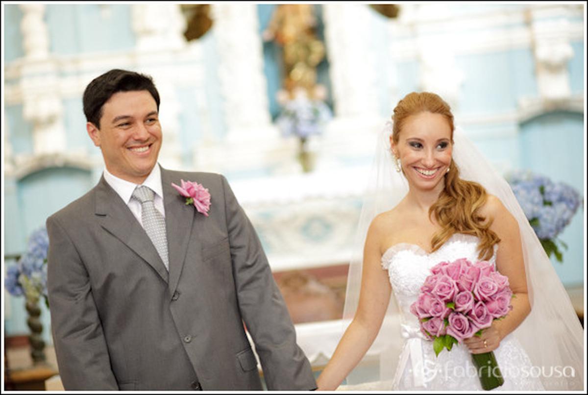 noivos recem-casados sorrindo no altar