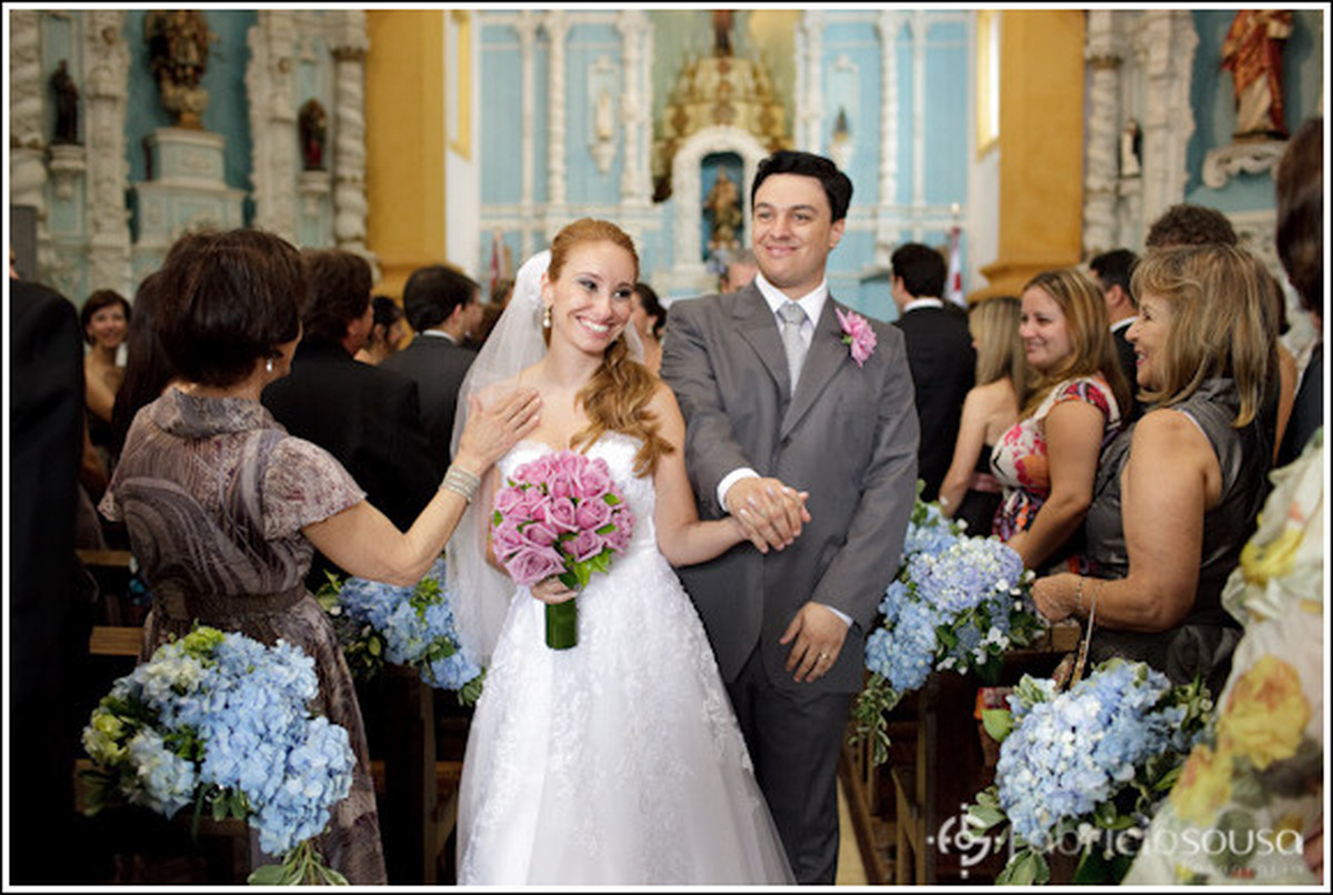a saída alegre dos noivos da igreja de santo antonio de lisboa