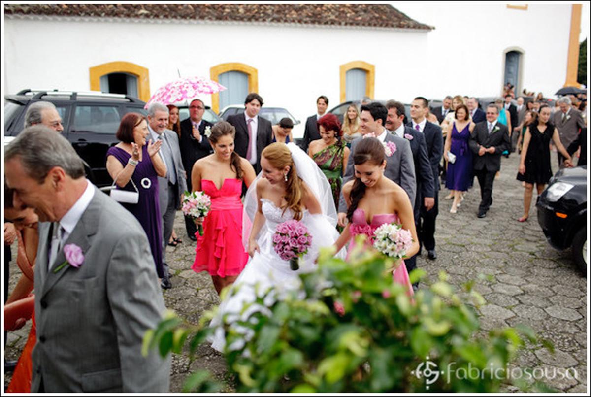 convidados e noiva caminham para o local da festa