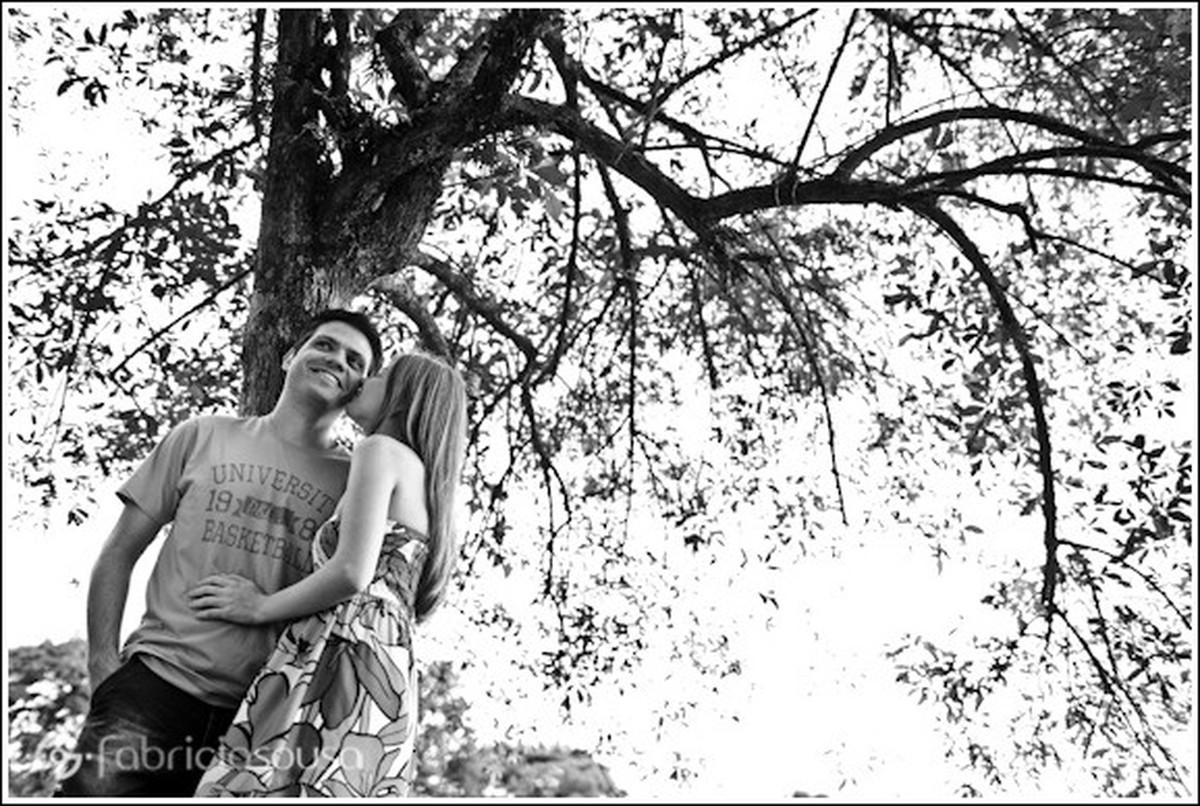 Rose beija o rosto de Wagner embaixo de árvore black and white