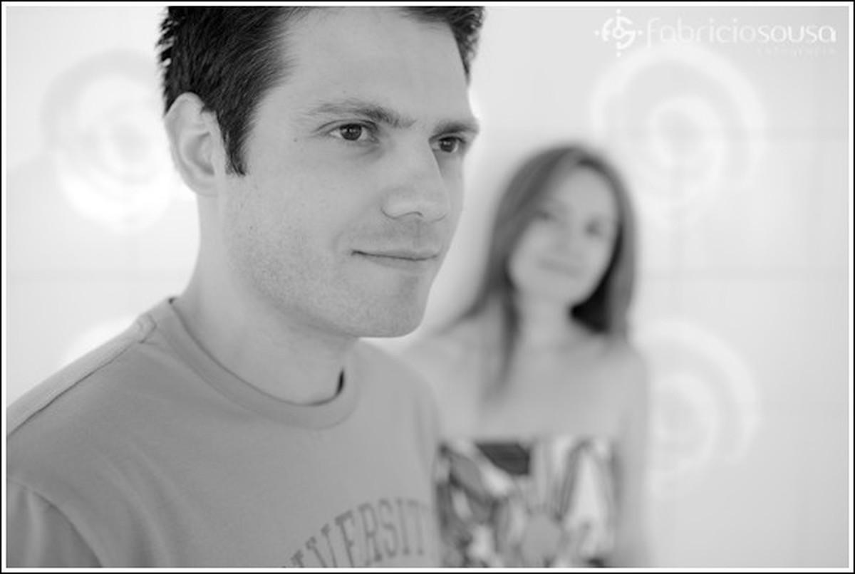 Namorado e namorada posam para foto preto e branco