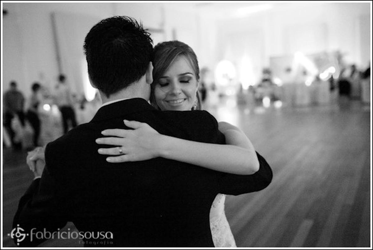 Casal dança na pista abraçados black white