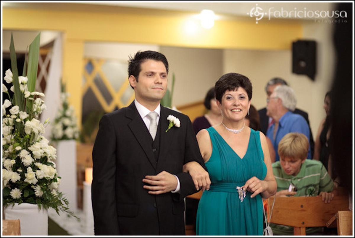 Noivo entrando na igreja com a mãe
