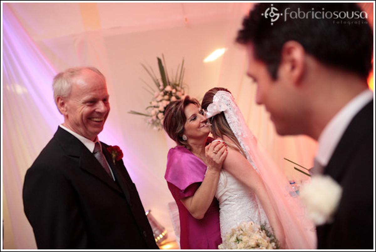 Noivos recebem os cumprimentos dos familiares na recepção