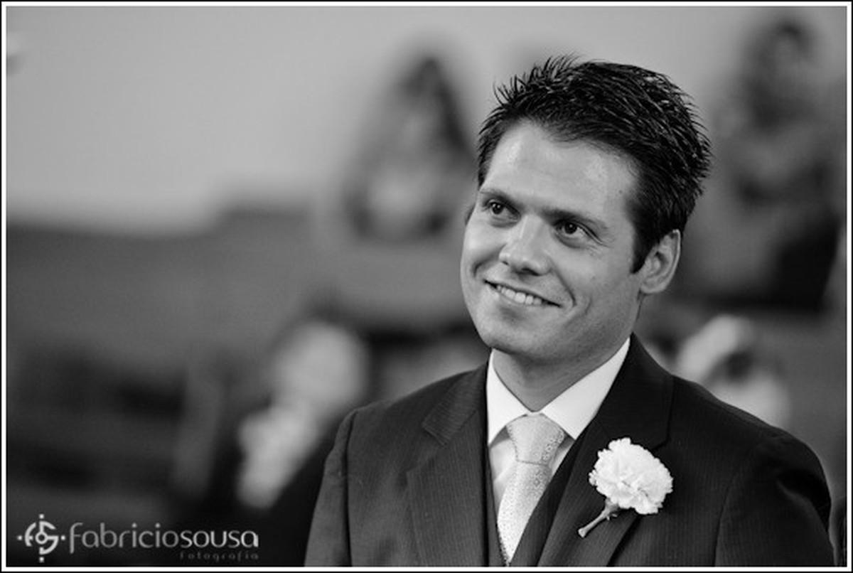 Noivo feliz na igreja preto e branco