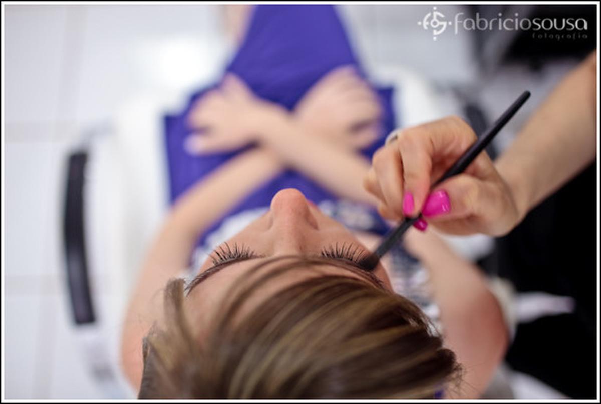 Rose sendo maquiada para wedding