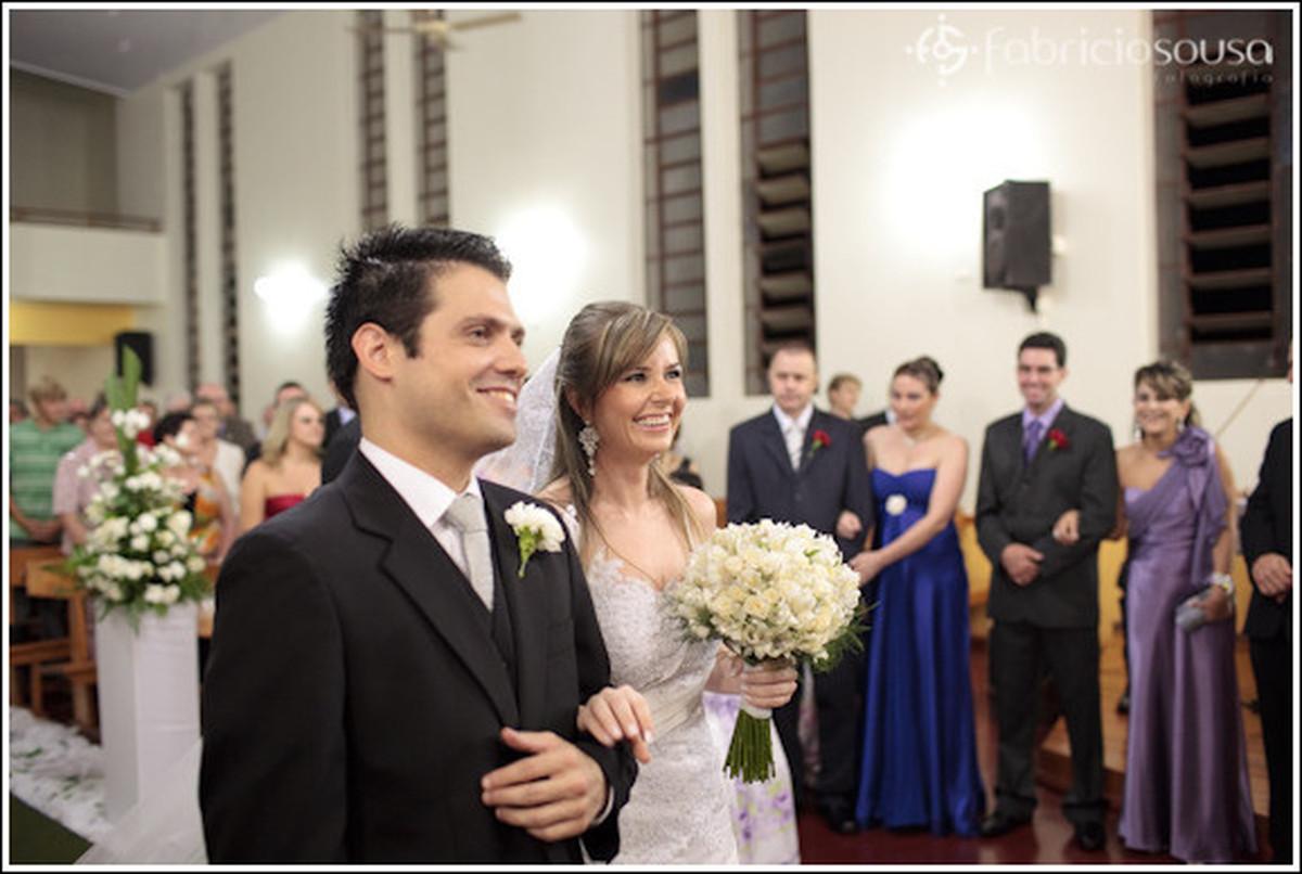 Casal de noivos no altar da igreja