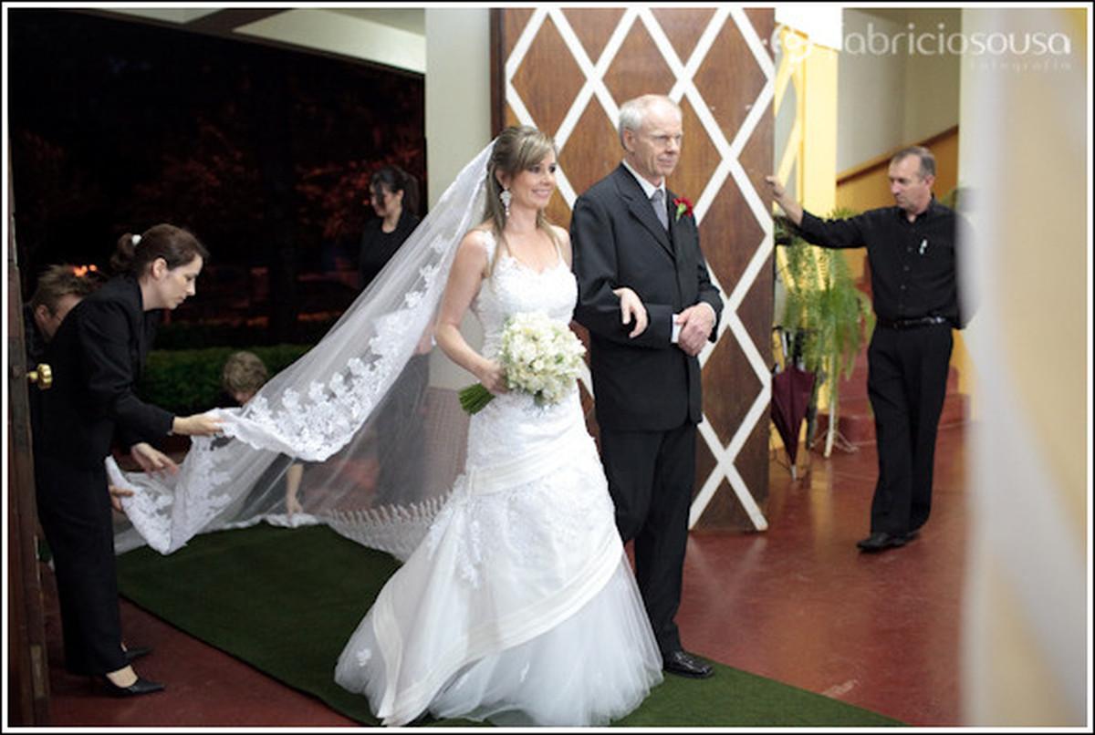 Noiva entrando na igreja acompanhada do pai