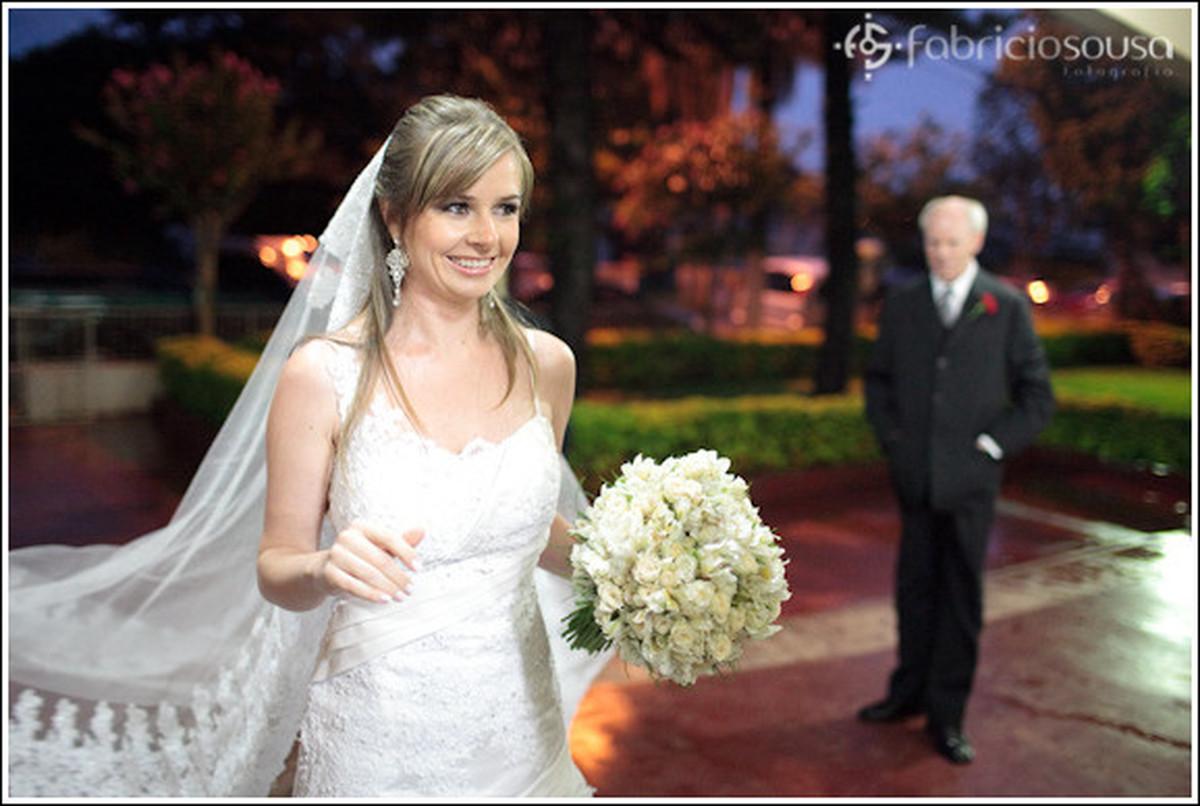 Noiva véu vestido buque na entrada da igreja