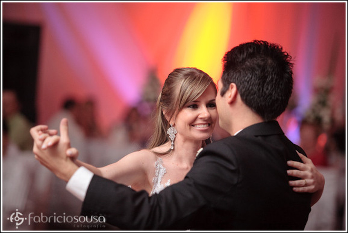 Recém casados dançam felizes na pista de dança